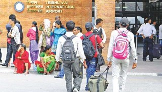 नेपाली युवा वैदेशिक रोजगारीमा : 'कोरोनामा फर्केका पुनः विदेशतिर'