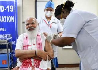 """भारत : प्रधानमन्त्री  मोदीले लगाए  कोरोना  खोप  : """"भने : तपाइँ पनि लगाउनुस् """""""
