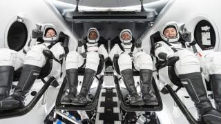 चार अन्तरिक्ष यात्री  :  'आइतबार पृथ्वीमा अवतरण '