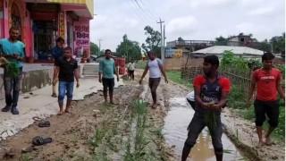 विकासको काम नगरेको भन्दै विरोध :  स्थानीयले सडकमै रोपे धान